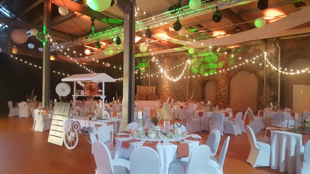 Der Festsaal zur abendlichen Hochzeitsstimmung