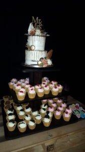 Die Hochzeitstorte kombiniert mit weiterem Nachtisch